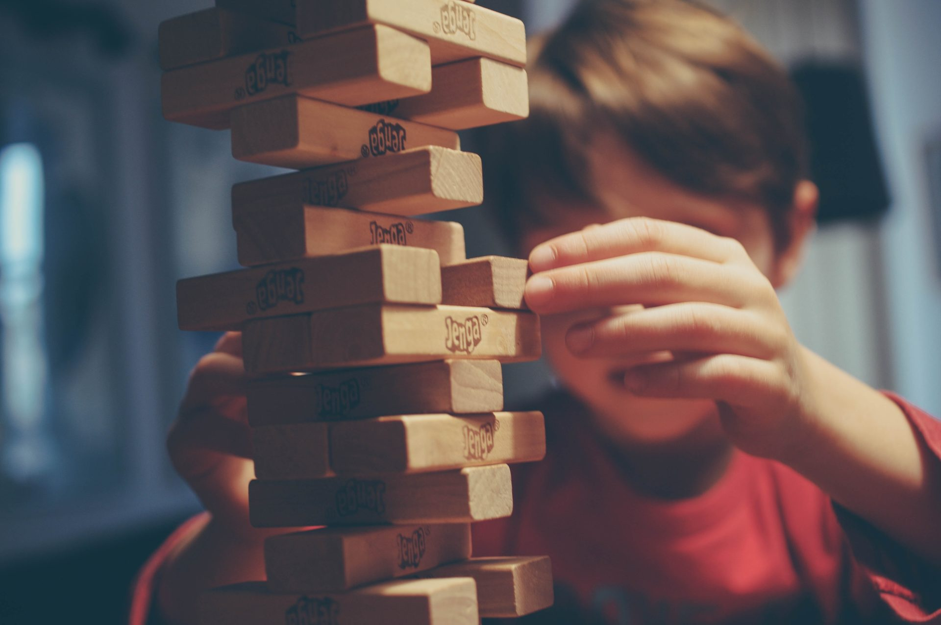 Pojke spelar Jenga